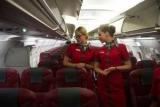 Стюардессы избавляются от юбки впервые, в возрасте 72 лет